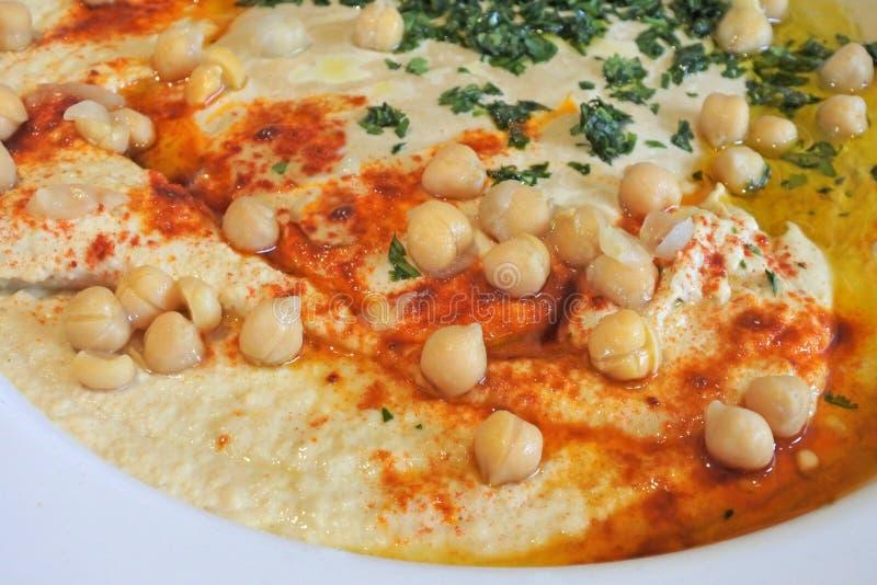 Schließen Sie herauf Ansicht von Hummus diente in einer Platte stockbild