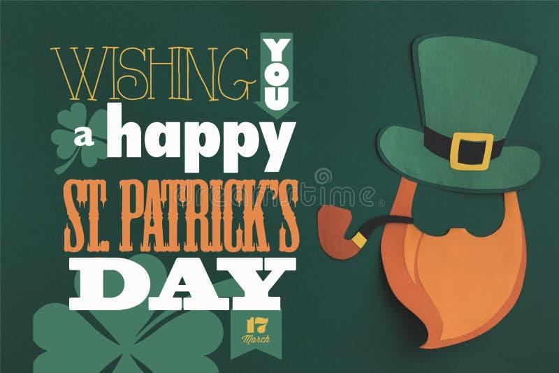 Schließen Sie herauf Ansicht von Ihnen eine glückliche St.-patricks Tagesbeschriftung auf grünem Hintergrund stockbild