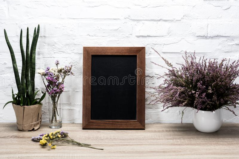 schließen Sie herauf Ansicht von leeren Fotorahmen- und -lavendelblumen im Vase lizenzfreies stockfoto