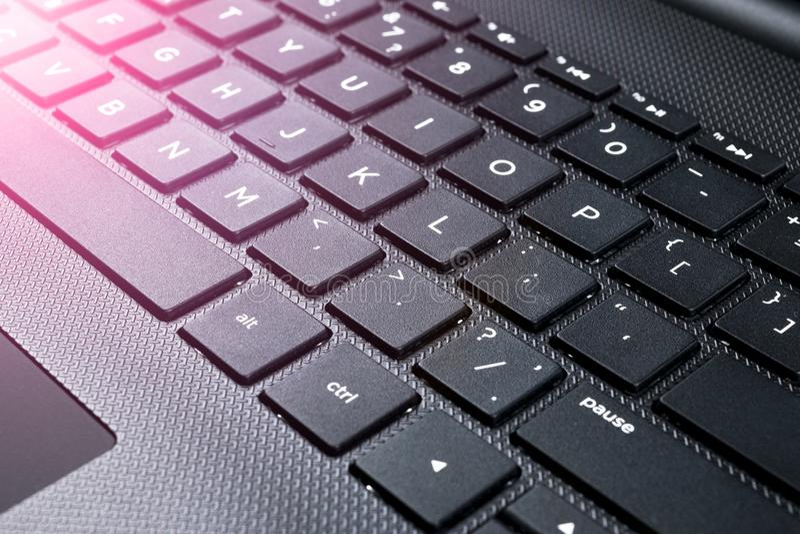 Schließen Sie herauf Ansicht von modernen Laptop-Computer Tasten Weicher Blitz lizenzfreies stockfoto