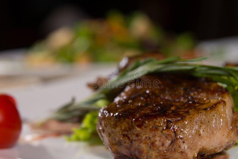 Schließen Sie herauf appetitanregenden gewürzten Fleisch-Teller lizenzfreies stockbild