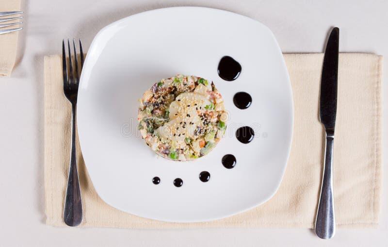 Schließen Sie herauf appetitanregenden Hauptzutritt auf weißer Platte lizenzfreie stockfotos
