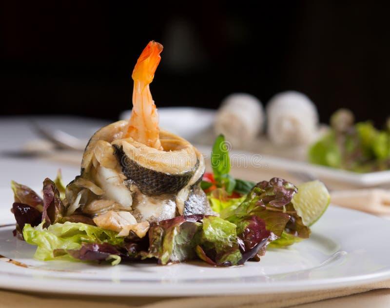 Schließen Sie herauf appetitanregendes Meeresfrucht-Rezept auf Gemüse lizenzfreie stockbilder