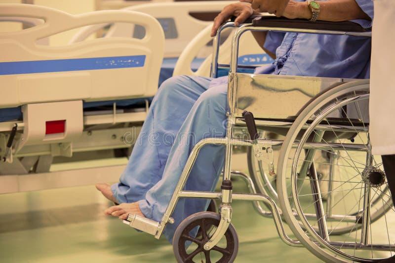 Schließen Sie herauf asiatischen Patienten im Rollstuhl, der im Krankenhaus sitzt lizenzfreie stockfotos