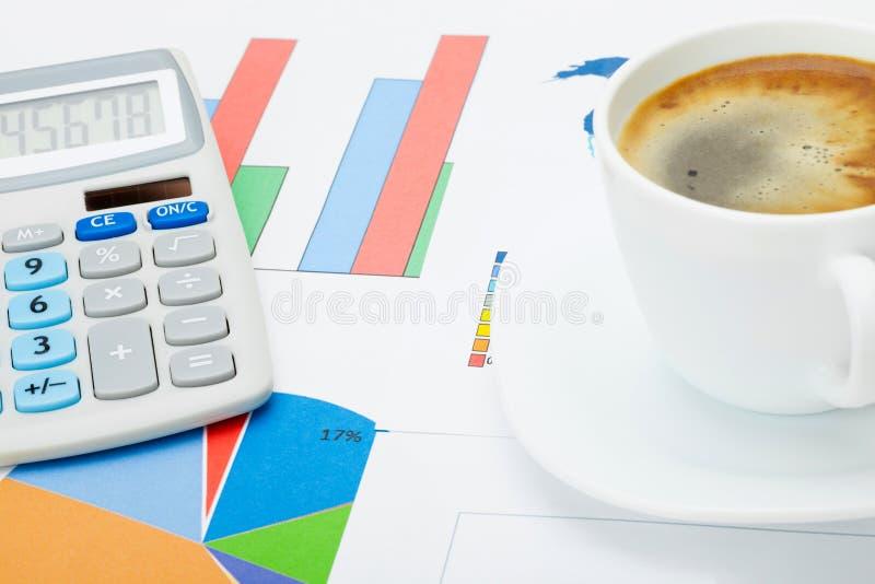 Schließen Sie herauf Atelieraufnahme einer Kaffeetasse und des Taschenrechners über einigen Finanzdokumenten lizenzfreies stockbild