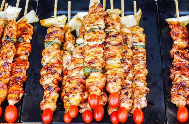 Schließen Sie herauf Aufsteckspindeln mit Stücken gegrilltem Grill, grünem grünem Pfeffer, roter Tomate und Fleisch für Verkauf i lizenzfreie stockfotos