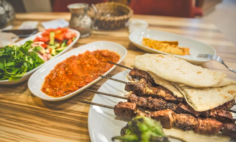 Schließen Sie herauf ausführliche Ansicht des gegrillten köstlichen türkischen Leberkebabs lizenzfreie stockfotos