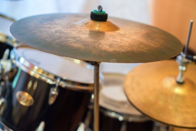 Schließen Sie herauf Becken mit Trommeln im Hintergrund stockfoto