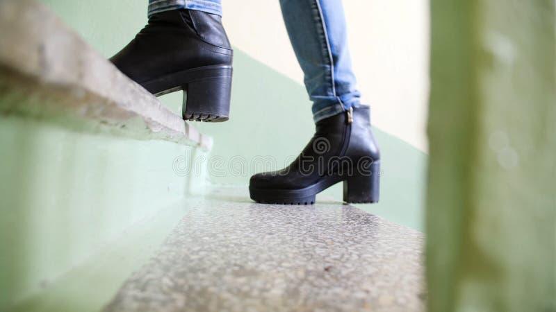 Schließen Sie herauf Beine der Leute, die gehen, Treppe in der Stadt steigernd, gehen Sie, Erfolg, wachsen Sie Geschäftskonzept h lizenzfreie stockfotos