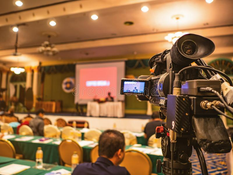 Schließen Sie herauf Berufsvideokamera im Konferenzsaal oder im Seminar lizenzfreie stockbilder