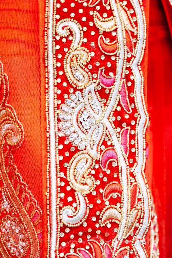 Schließen Sie herauf Beschaffenheit des indischen Saris mit Kristallen, Bergkristallen und e lizenzfreie stockfotos