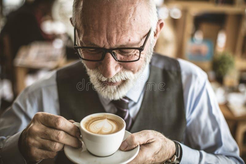 Schließen Sie herauf Bild des trinkenden Kaffees des älteren Geschäftsmannes stockfoto