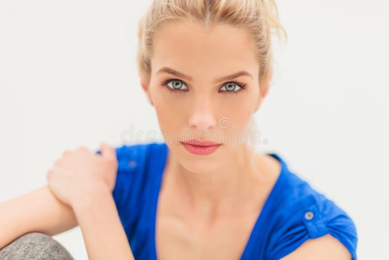Schließen Sie herauf Bild einer blonden Schönheit lizenzfreies stockbild