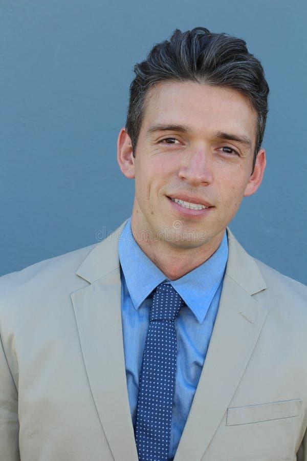 Schließen Sie herauf Bild eines hübschen jungen eleganten Geschäftsmannes, der zur Kamera lächelt stockbilder