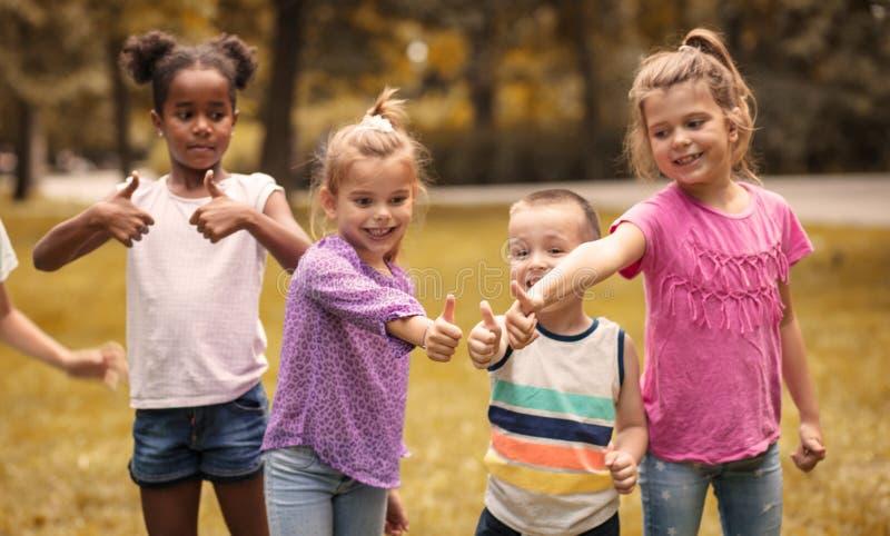 Schließen Sie herauf Bild von den Kindern, die okayfinger zeigen lizenzfreie stockbilder