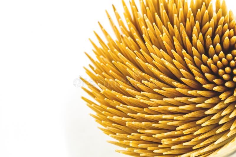 Schließen Sie herauf braune Bambuszahnstocher auf weißem Hintergrund lizenzfreie stockfotos