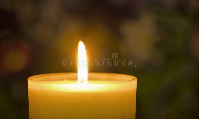 Schließen Sie herauf brennende Kerze stockfotografie