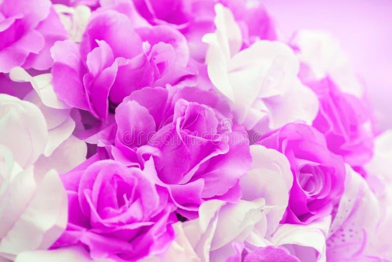 Schließen Sie herauf buntes von weich künstlichen Hochzeitsblumen des Rosarosengewebes stockbild