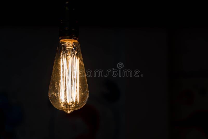 Schließen Sie herauf das Hängen von Glühlampen stockbild