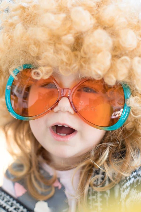 Schließen Sie herauf das lustige Kind, das als Sechziger verkleidet wird lizenzfreie stockbilder