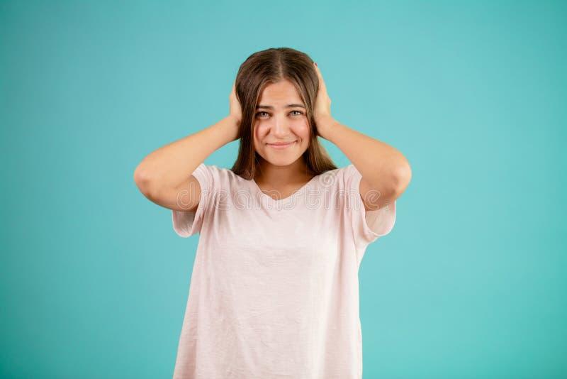 Schließen Sie herauf das Porträt der Frau ihren Kopf halten und hat viele Fehler getan lizenzfreie stockfotografie