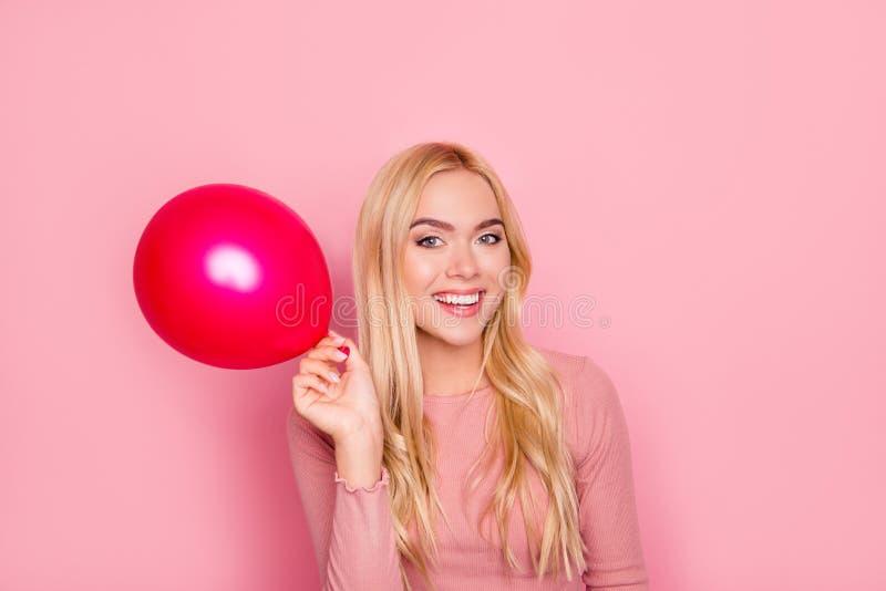 Schließen Sie herauf das Porträt der glücklichen Frau angehoben herauf Hand mit Ballon, PO lizenzfreie stockbilder