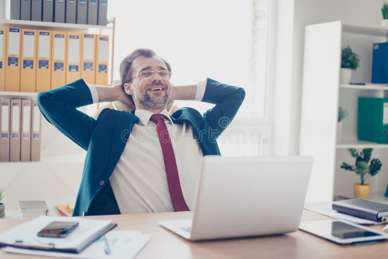 Schließen Sie herauf das Porträt des erfolgreichen Geschäftsmannes stillstehend an offic seinem lizenzfreie stockfotos