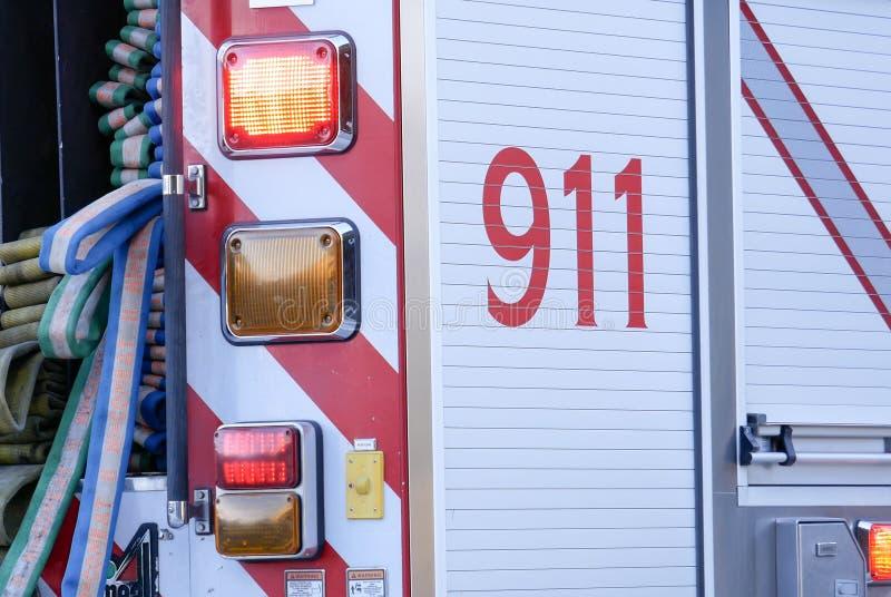 Schließen Sie herauf das Zeichen 911, das auf Auto stoppt lizenzfreie stockfotos