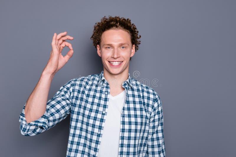 Schließen Sie herauf den ofsatisfied kühlen hübschen Kerl des Fotos Porträt, der okaysymbolgrauhintergrund macht lizenzfreies stockfoto