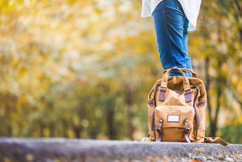 Schließen Sie herauf den Rucksack Frauenwanderer stehend auf Landschaft ro stockbilder