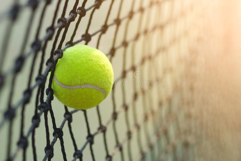 Schließen Sie herauf den Tennisball, der schlägt, um auf Unschärfe zu fangen lizenzfreie stockbilder