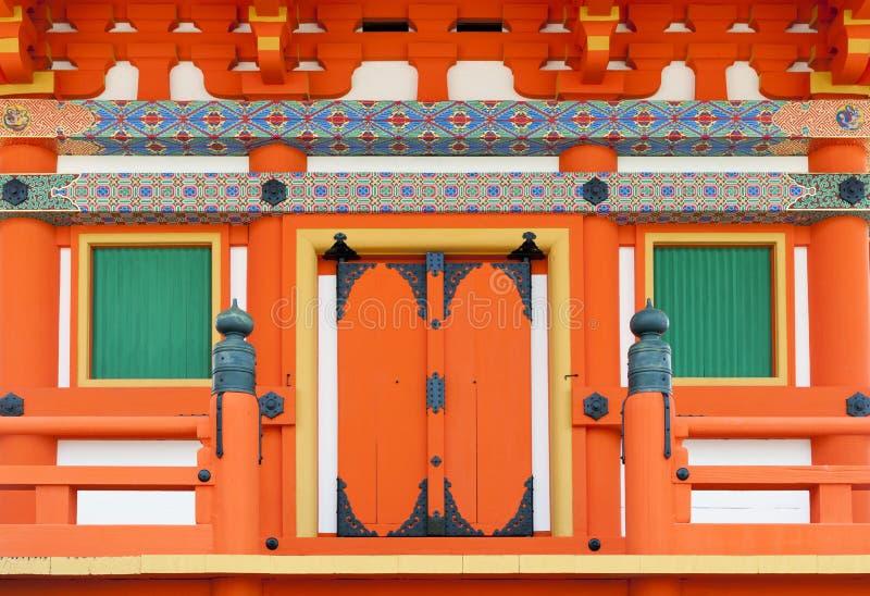 Schließen Sie herauf Details der japanischen Architektur auf Tür und Fenstern an einem Gebäude im shintoistischen Tempel, Kyoto,  stockbilder