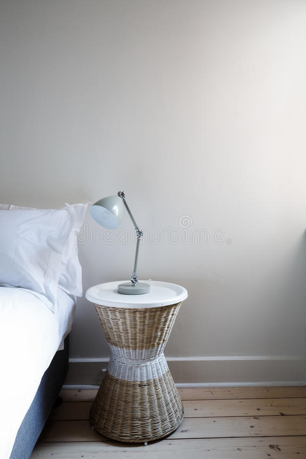 Schließen Sie herauf Details des Nachttisches mit Lampe und kopieren Sie Raum lizenzfreie stockfotografie