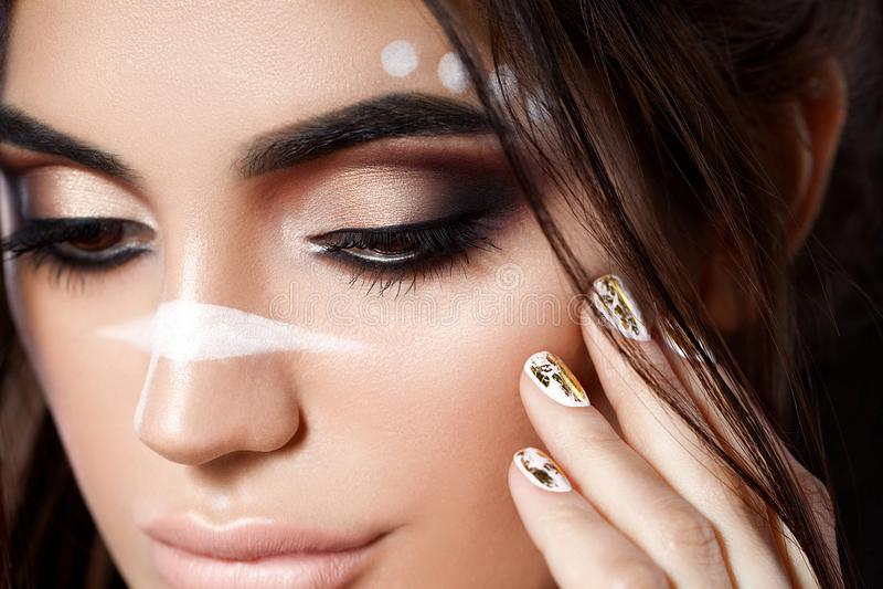 Schließen Sie herauf die Ansicht der Schönheit ihr Gesicht berührend Perfektes Haut- und Abendmake-up Makroatelieraufnahme sensua lizenzfreies stockfoto