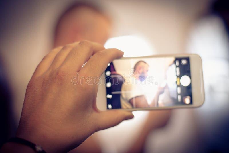 Schließen Sie herauf die Bildfrauenhand, die Foto mit Handy macht lizenzfreie stockfotos