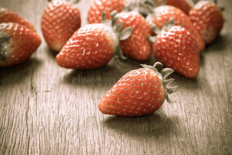 Schließen Sie herauf die Gruppe der frischen roten Erdbeere, gemacht mit Filter stockbilder