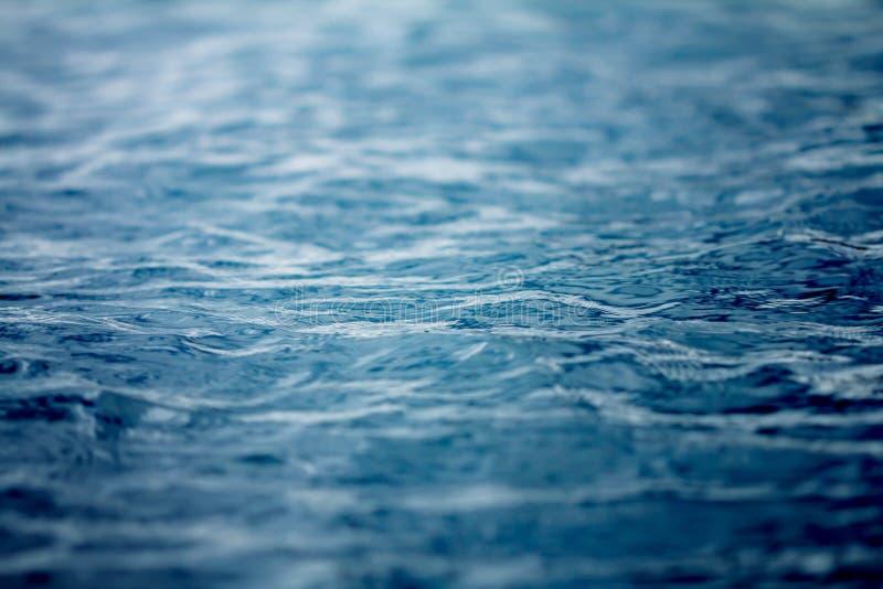 Schließen Sie herauf die See- und Ozeanwasseroberfläche, selektiver Fokus lizenzfreie stockfotografie
