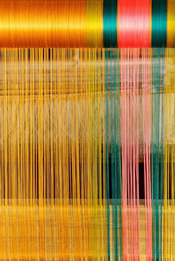 Schließen Sie herauf die thailändische Trachtenmodeseide, die im Gold, Grün, rosa Farbe spinnt lizenzfreies stockfoto