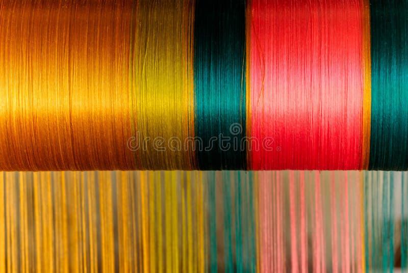 Schließen Sie herauf die thailändische Trachtenmodeseide, die im Gold, Grün, rosa Farbe spinnt stockbild