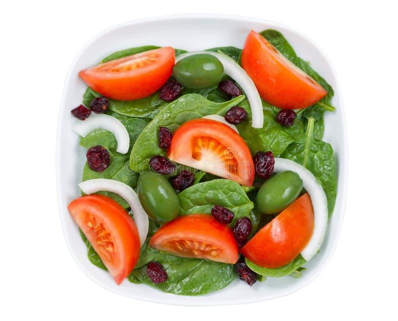 Schließen Sie herauf Draufsicht des frischen Salats in der Platte, die auf Weiß lokalisiert wird lizenzfreies stockfoto