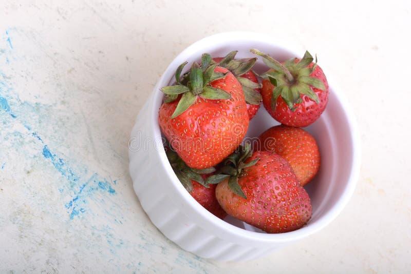 Schließen Sie herauf Erdbeere auf alter Aquarellplatte stockfotografie