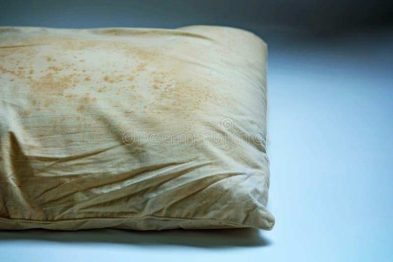 Schließen Sie herauf Flecke auf schmutzigem Kissen sind eine Quelle von Mikroben und von Staubmilben und Matratzen lizenzfreie stockbilder