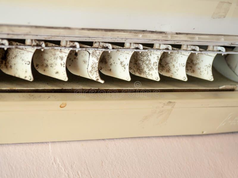 Schließen Sie herauf Form im Klimaanlagensystem Gefahr und die Ursache der Pneumonie und der Erkrankungen der Atemwege im Haus od lizenzfreies stockfoto