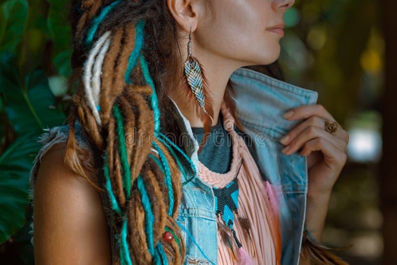 Schließen Sie herauf Foto der tragenden Denimjacke des Hippiemädchens mit dreadloc stockfotos