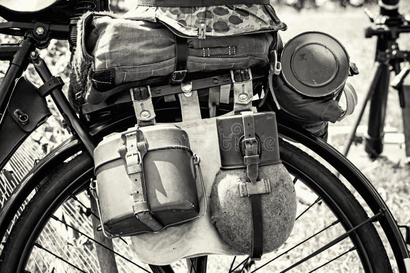 Schließen Sie herauf Foto des alten Militärfahrrades mit Ausrüstung, Schwarzes und stockfotos