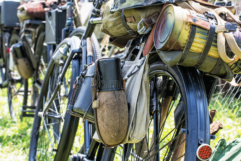 Schließen Sie herauf Foto des alten Militärfahrrades mit kitbag und Ausrüstung lizenzfreie stockfotografie