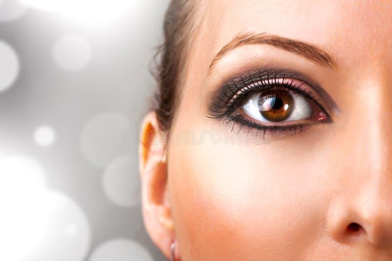Frau mit schönem Augenmake-up stockbild