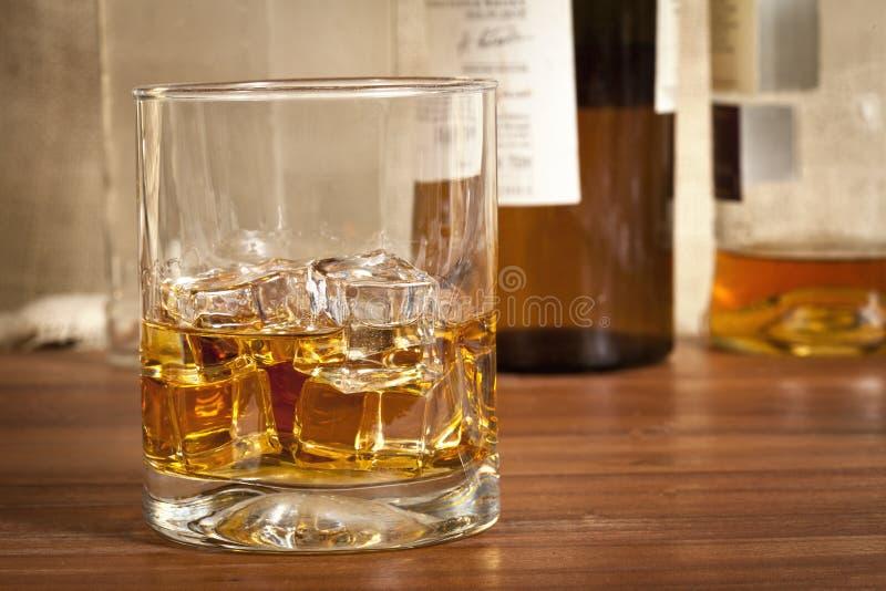 Schließen Sie herauf Foto eines Glases Alkohols stockbild