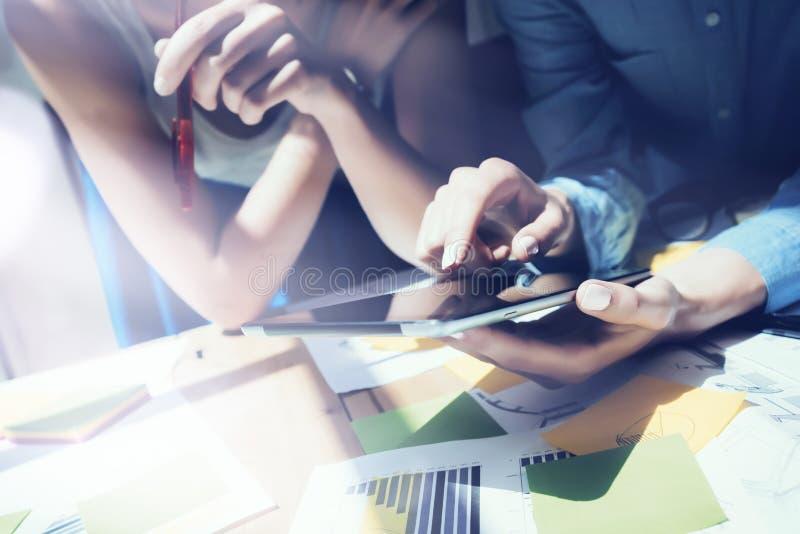 Schließen Sie herauf Foto Mädchen-Touch Screen Digital-Tablet-Hand Projekt-Produzenten, die Prozess erforschen Junge Geschäftsman lizenzfreie stockfotografie