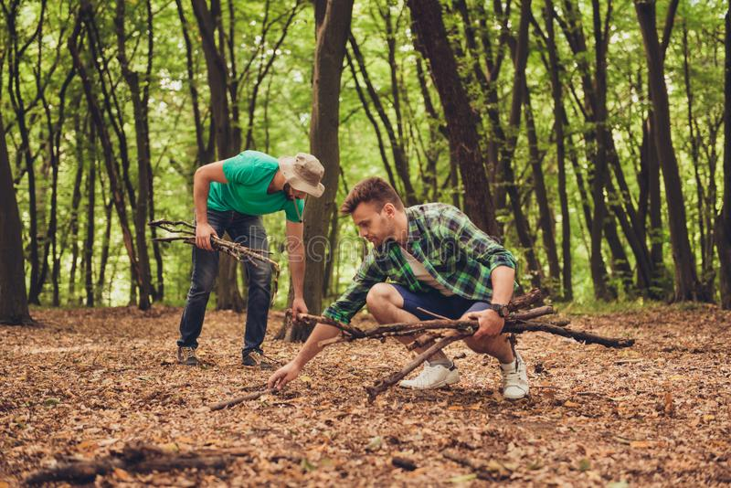 Schließen Sie herauf Foto von zwei Kerlfreunden im Holz im Fall, collecti lizenzfreie stockfotografie